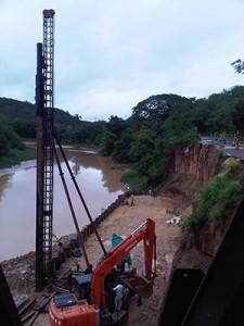 Hinca de tablestaca metálica en el río