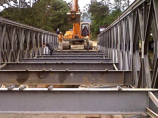 Armado del puente con retroexcavadora
