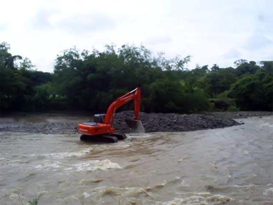 Dragado de río con retroexcavadora