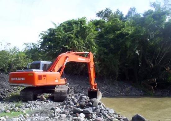 Dragado del rio para desviar corriente bajo el puente