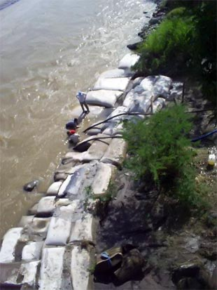 Muro de bolsacretos protegiendo la orilla del río