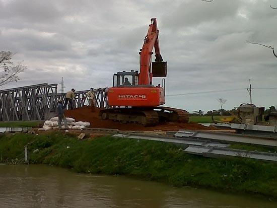 Montaje del puente metálico después de pilote