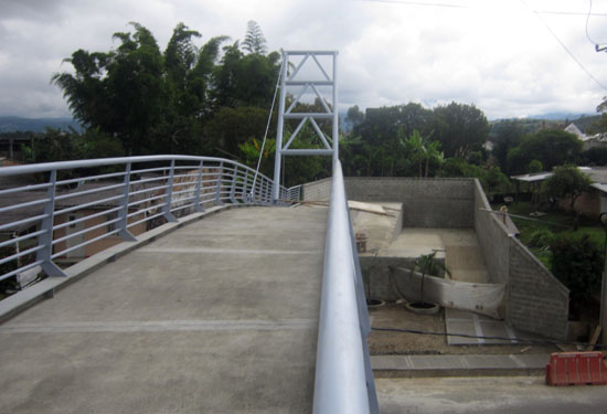 Acceso al lado oriental del puente