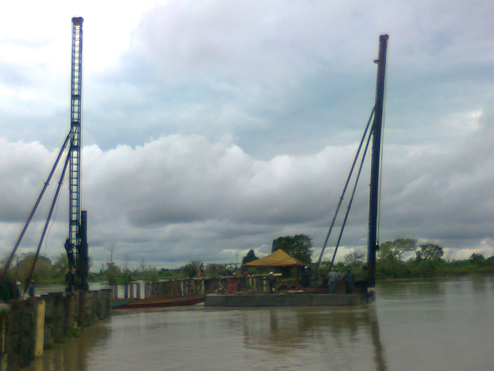 Hinca fluvial de tubería metálica con dos piloteadoras