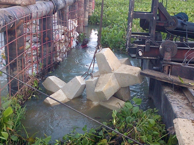 Instalación de hexápodos de concreto para control de socavación.