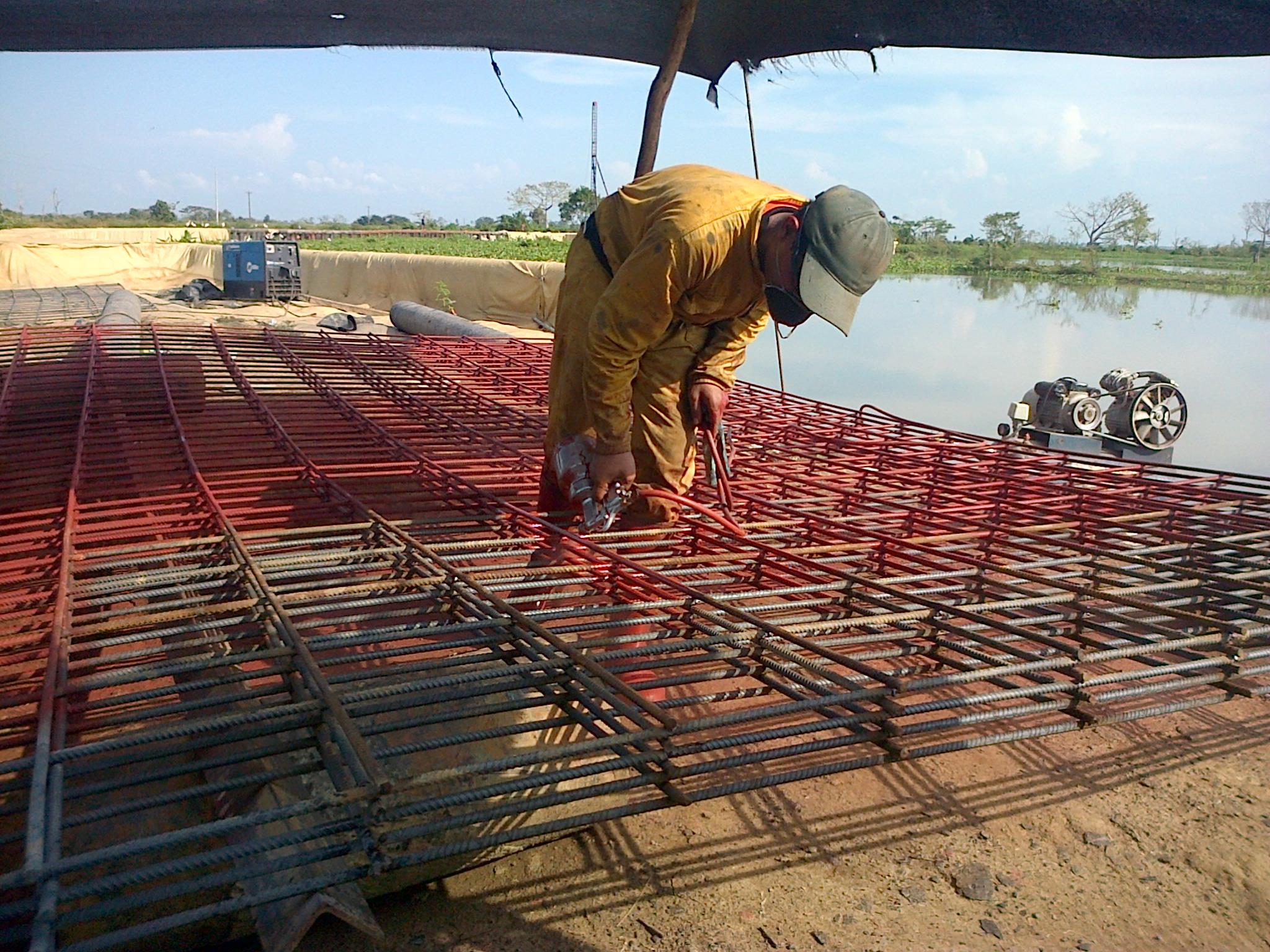 Construcción de malla soldada con varilla de 1/2 y pintura epóxica.