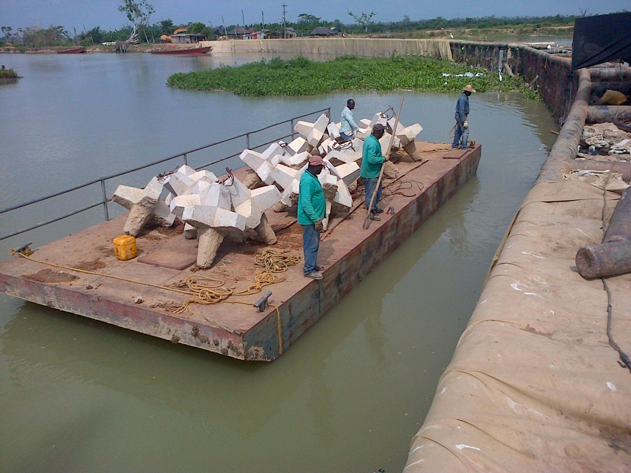 Construcción y transporte fluvial de hexápodos de concreto.