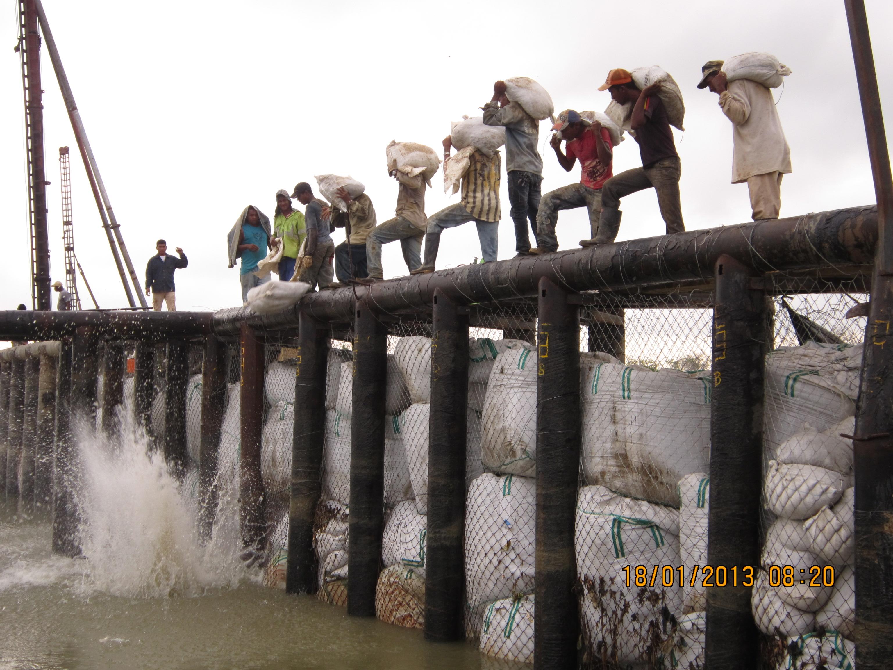 Instalación de bolsasuelos en el trasdós de la barrera principal