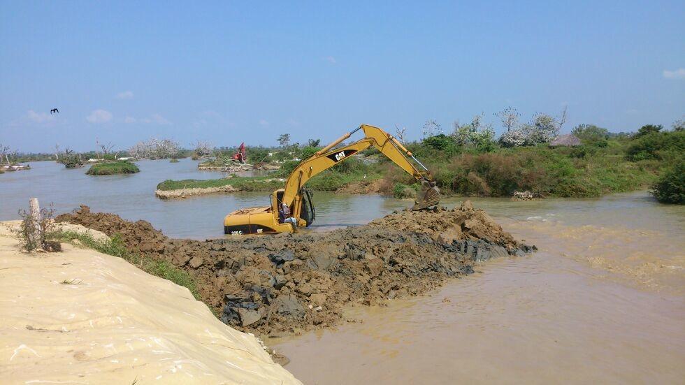 Construcción de jarillón de tierra.