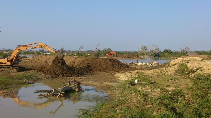 Movimiento de tierras con retroexcavadoras para construcción de diques.
